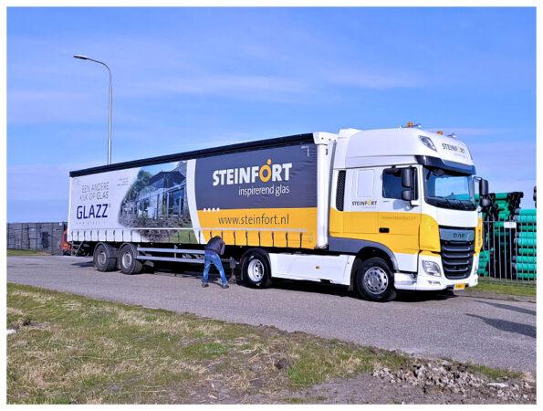 Twee DAF XF SSC First  Choice trucks voor Steinford Inspirerend Glas