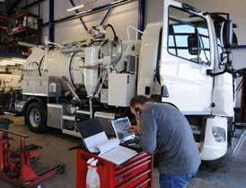 Nieuwbouw van complexe voertuigen zoals deze kolkenzuiger voor de gemeente behoort tot de specialiteiten