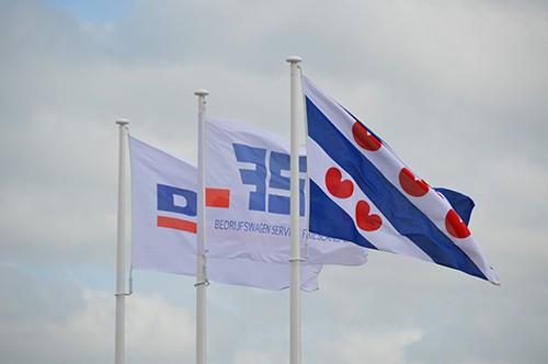 De vlaggen van BSF Bedrijfswagen Service Friesland Daf Service dealer